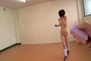稲村ひかり 美乳スレンダーサッカー娘がマンコにリモコンローター挿れて全裸ランニング