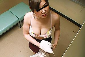 ロッカールームを完全盗撮!隠し撮りされてるとは知らず脱衣してしまう巨乳OLお姉さん