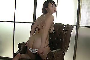 日高麻美 Hカップ爆乳おっぱいの激カワグラドルが脱衣!スケベな巨尻を露出するイメージビデオ