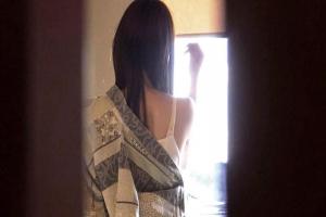 渚ゆう 夫と喧嘩中の人妻を誘って不倫旅行に出発!着替えを隠し撮りしたら混浴温泉で愛撫開始