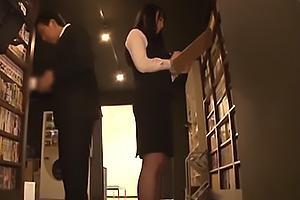 真面目に働く黒髪ロングの美人な黒パンストネットカフェ店員!仕事中に痴漢のターゲットとなってしまう