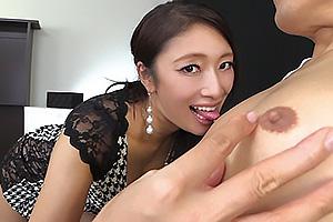 小早川怜子 下着姿でM男の敏感乳首こねくり回しながら男の潮吹きさせちゃうテクニシャン美熟女