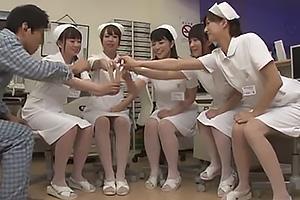 上原亜衣 神波多一花 深夜のナースステーションで美人看護師達とハーレム王様ゲーム