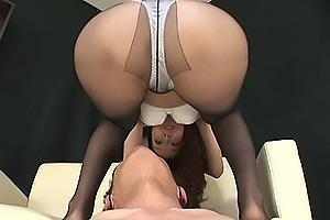澤村レイコ 黒パンストの熟女が美脚で乳首責め!顔面騎乗で股間を押し付けたらちんぽを足コキ