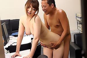 西川ゆい 派遣社員のOL妻を正社員に寝取られる!他人ちんぽをぶち込まれ立ちバックでNTRセックス