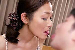 猪原由紀子 美乳スレンダー熟女が息子のちんこをフェラ口内射精クンニされて絶頂