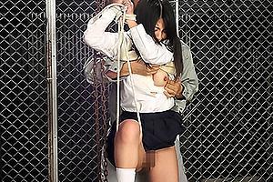 野外で緊縛拘束されたJKのノーパンまんこを手マン責め!立ちバックでちんぽをぶち込み鬼畜レイプ
