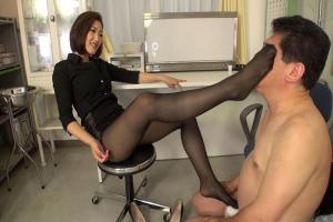 水野朝陽 美脚巨乳の美人女教師が保健室でドMの男のちんぽをヒールで弄ぶ