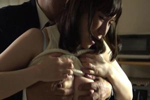 瀬田奏恵 夫の上司に脅迫されて犯されてしまう巨乳妻!パンツを下げられNTRちんぽをぶち込まれる