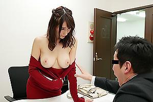 JULIA スレンダー爆乳美女は露出狂!ノーブラおっぱいをいきなり見せつけて男を誘惑しまくる!