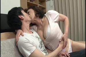 寺島千鶴 童貞の甥っ子のうぶな反応を見て五十路の叔母が豹変!強引なキスから筆おろし近親相姦!