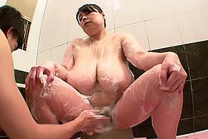 お風呂で超乳おっぱいに巨尻のぽっちゃり熟女お母さんを洗体!熟れまくったまんこを手マン責め