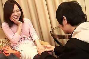 可愛い童顔人妻がナンパされてホテルにIN!クンニや手マンで快楽堕ちしてしまう不貞妻!