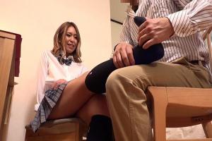 中尾芽衣子 ミニスカ制服の金髪ギャルJKをマッサージする先生!美脚を揉まれてパンチラ寸前