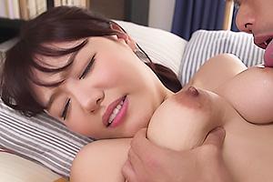 浜崎真緒 ノーブラでおっぱいポロリさせながらゴミ出しする巨乳な人妻が男に興奮されて襲われる!