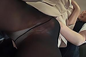 路線バスでスーツ姿のお姉さんをレズ痴漢する制服JK!黒パンストに手を突っ込み媚薬を塗りこむ