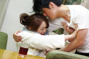遠野麗子 巨乳ぽっちゃり熟女がオナニーで絶頂!娘婿に襲われ強引にキスされる