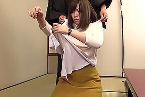 激カワ女子大生がナンパされ連れ込まれる!服を脱衣させられ下着の上からおっぱいを揉みまくり