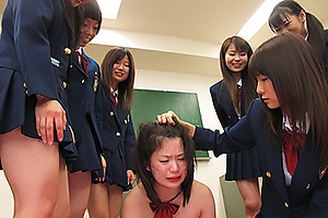 みんなの前で全裸にさせられちゃう集団でエスカレートする性的暴行がエゲツない女子校のいじめ