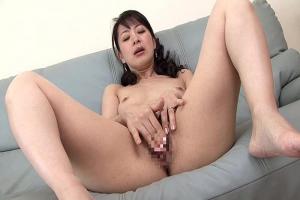 篠宮千明  リビングで全裸オナニーするスタイル抜群で美白な美熟女伯母さん