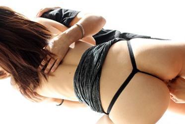 川菜美鈴 セクシーランジェリーを身に着けた美尻で美巨乳な美女が男2人に挟まれて3Pプレイ!