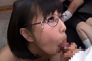 明里ともか 色気たっぷりPTA会長熟女母がショタチンポを手コキフェラ口内射精させる