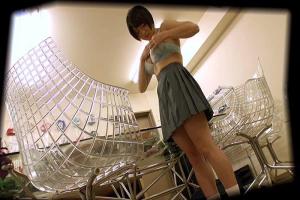 ケータイの課金のためにブルセラにやって来た美少女JKを言葉巧みに誘導し盗撮しながら制服脱がせる!