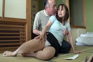 宮本紗央里 息子の前でオマンコ広げられて犯される熟女妻の巨乳おっぱいがベロベロ舐められちゃう