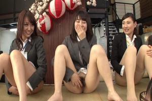 罰ゲームは公開SEX!ペアの女子社員のオマンコ当てゲームで花びら回転のちょい挿しゲーム