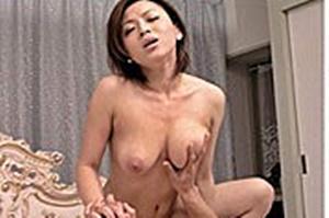 山口玲子 巨乳母が息子の勃起チンコに興奮しフェラ生ハメ中出し近親相姦SEXで絶頂