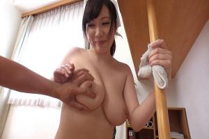 若槻みづな おっぱいの大きい家政婦が全裸で掃除だけでなくちんぽのお掃除までしてくれる