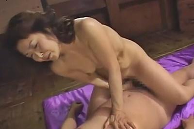 松岡貴美子 熟女母が弟と近親相姦SEX手マンでイカされチンコフェラし騎乗位腰振り
