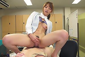 吉沢明歩 スレンダーなエロボディの美人OLがオフィスで部下の男を素股ヌキ!隠語連発の逆痴漢!