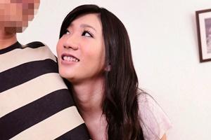 和泉潤 色気たっぷり巨乳スレンダー人妻が童貞くんにキスや手コキ優しく筆おろししてあげる