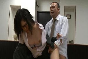 美尻メガネOLが社内で不倫SEX!お尻に精子ぶっかけられ痙攣絶頂してしまう
