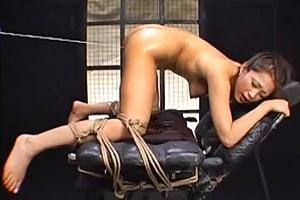 友田真希 巨乳美女が四つん這いで拘束されアナルにローターバイブ挿れられ感じちゃう