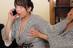 旦那と電話しながら手マン責めされるムチムチ爆乳な女上司!必至で喘ぎ声を我慢するマゾ人妻