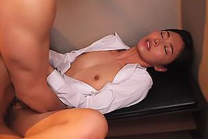 夏目彩春 人妻の美人受付嬢と密室SEX!興奮抑えられず乳首舐めクンニし挿入