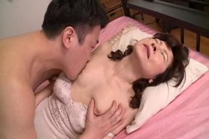 秋田富由美 美乳熟女が熱心にチンコをフェラ!乳首マンコ舐められハメられ感じちゃう