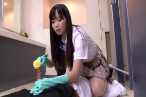 芹沢つむぎ 制服JKにトイレで襲われてしまう男子!ちんぽを掃除道具で擦られ手コキ責め