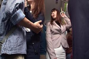 誘い濃厚キスで熟女OLの性欲を刺激したらバスの中なのに股間触ってフル勃起チンコをフェラする巨乳おばさん