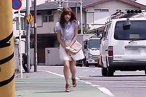 瑠川リナ 野外で尿意を抑えきれなくなった美少女がトイレに猛ダッシュ!なんとか間に合い大量放尿