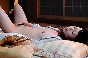 三井茜 スレンダー美熟女の母の友人がオナニーしてるのを見て勃起したチンコを手コキしてもらう