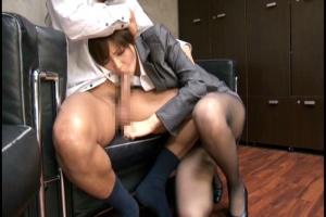 桐谷ユリア 黒パンストが色気をそそるエッチな身体のOLが秘書にフェラチオご奉仕を強要!
