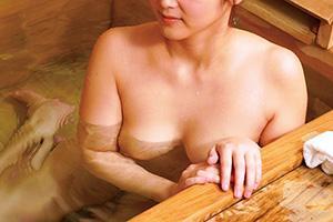 瀬戸すみれ 巨乳でスレンダーな人妻が慰安旅行先で温泉に浸かる様子をのぞき見されてしまう!