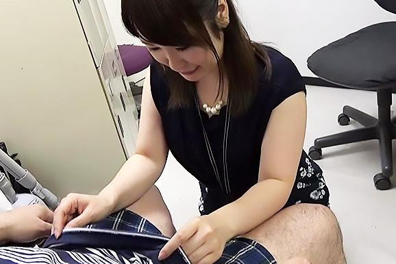 業務中にフェラでご奉仕する流れになってしまうSOD女子社員!恥じらいながらズボンを下す美人OL!