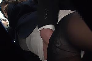通野未帆 清楚な黒パンストOLに電車でちんぽを手コキされる!パンツに手を突っ込み手マンで反撃