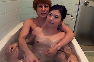 最上ゆり子 イケメンチャラ男に口説き落とされた清楚妻!一緒に入浴してちんぽを手コキ