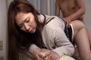 翔田千里 熟女人妻に強制手コキさせディープキスクンニしバックから突いてイカせる