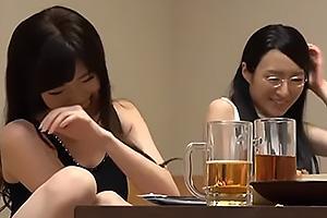 居酒屋で見つけたメガネの真面目系奥さんと派手な美人妻を口説き落としセックスに持ち込む
